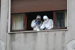 La polizia scientifica alla finestra dell'appartamento di Silvia Romano contro la quale, mercoledì 13 maggio, sono state lanciate bottiglie di vetro.