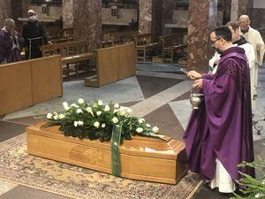 Un'immagine dei funerali di fra Luigi, celebrati mercoledì 13 maggio 2020.