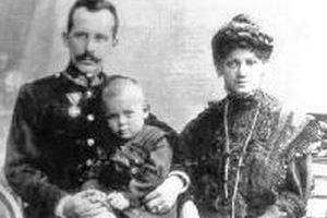 Karol Wojtyla, bambino, tra il papà, Karol Wojtyla senior (1879-1941), e la mamma, Emilia Kaczorowska (1884-1929). In alto e in copertina: un papa Giovanni Paolo II stanco ed emozionato davanti alle tombe dei genitori, nel cimitero di Cracovia, il 18 agosto 2002. Foto Reuters.
