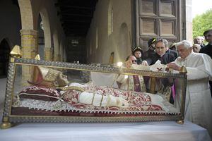 Il 28 aprile 2009 papa Benedetto XVI appoggia il pallio bianco sulle spoglie mortali di Celestino V. Foto Reuters.