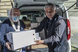 Lino Banfi consegna i pacchi all'Elemosiniere (foto Stefano Dal Pozzolo)