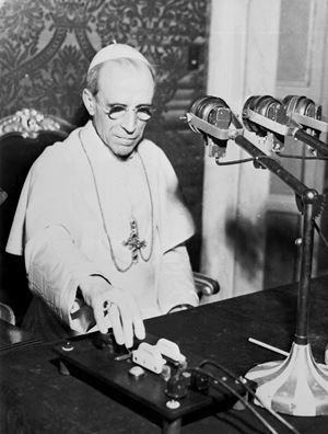 Papa Pio XII (1876-1958) in visita a Radio Vaticana in una foto del 1947. Tutte le immagini di questo servizio sono dell'agenzia di stampa Ansa.