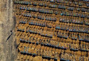Il cimitero di Manaus, in Brasile, con le vittime del coronavirus (foto Ansa)