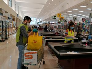 Il servizio di consegna della spesa dei volontari a Legnano (Milano) durante il lockdown