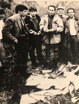 Andrea Purgatori (il secondo da sinistra) nel 1980 accanto alla carcassa del Mig libico ritrovato nel luglio di quell'anno in Sila. La data dell'effettiva morte del pilota è uno dei misteri della strage di Ustica.