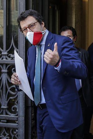 """A Ballarò Matteo Salvini per motivare gli assembramenti delle manifestazioni del Centrodestra pone una questione di galateo: """"Posso togliermi la mascherina mentre parlo con una signora?"""" (foto Ansa: il Leader della Lega con la mascherina)"""