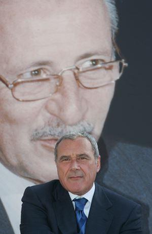 Il senatore Pietro Grasso davanti a una gigantografia di Paolo Borsellino, cui ha dedicato un libro in uscita da Feltrinelli.