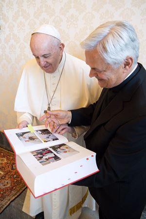 Papa Francesco con mons. Domenico Cornacchia sfogliano la Positio di don Tonino