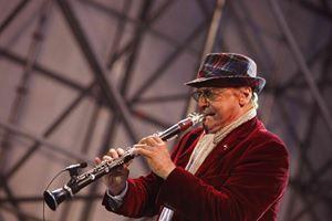 Renzo Arbore mentre suona il clarinetto a Castel Dell'Ovo (Napoli), per il Capodanno 2010