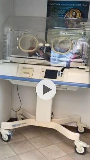 L'immagine della culla termica dal video commovente che ci ha mandato il parroco don Antonio Ruccia pochissimi minuti dopo avere trovato il bambino e mentre era in attesa dall'ambulanza che l'avrebbe trasportato al Policlinico di Bari.