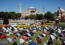 Fede e bandiere: il primo venerdì di preghiera islamica a Santa Sofia