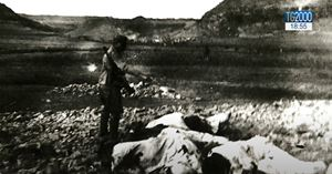 Un soldato italiano spara il colpo di grazia ai monaci a terra