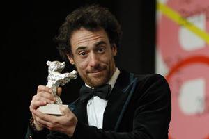 Elio Germano, 39 anni, con l'Orso d'argento