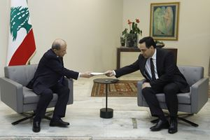 Il premier musulmano sunnita Hassan Diab rassegna le dimissioni nelle mani del presidente della Repubblica, il cristiano maronita Michel Aoun. Foto: Reuters.