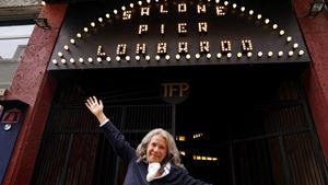 Andée Ruth Shammah davanti al teatro Franco Parenti