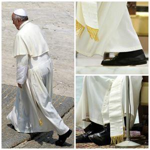 Le scarpe nere, al posto di quelle rosse tipiche dei Pontefici, indossate da Francesco