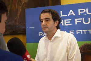 Raffaele Fitto sconfitto da Emiliano nel suo comitato elettorale (Ansa)