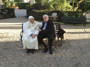 Papa Benedetto con don Antonio Tarzia nei giardini vaticani.