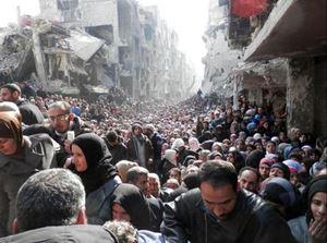Un fiume di profughi siriani in fuga.