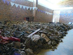 La chiesa di Nyamata, in Ruanda. All'interno, i massacratori uccisero oltre 5.000 persone. La chiesa, ora sconsacrata, è diventata Memoriale del genocidio. Al suo interno, oggi, sono posti gli abiti delle vittime trovate nella chiesa e in tutto il distretto.