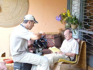 L'ex console italiano durante le riprese del film documentario che gli fu dedicato, nel 2010, dal regista Alessandro Rocca. Nella foto, alla macchina da presa, il direttore della fotografia Genti Qafzezi.