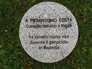 Il cippo dedicato a Pierantonio Costa nel Giardino dei Giusti di Milano.
