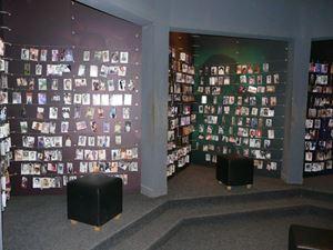Una delle sale del Memoriale del Genocidio di Kigali, la capitale ruandese. In questi pannelli sono state raccolte ed esposte le foto che si sono riuscite a recuperare delle vittime del genocidio.,