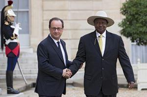 Museveni insieme all'ex presidente francese François Hollande.