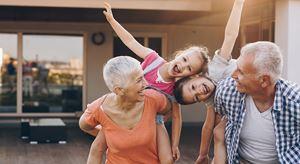 Un momento felice di un incontro familiare tra nonni e nipoti. Foto dell'agenzia di stampa Ansa.