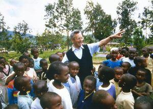 Padre Giorgio Vito, missionario rogazionista, nel 1994, al suo arrivo insieme a Pierantonio Costa, a Nyanza. In quel momento l'orfanotrofio ospitava 565 bambini. Alla fine del genocidio sarebbero diventati più di mille.