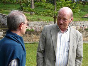 Costa insieme a padre Eros Borile, missionario rogazionista, a Nyanza.