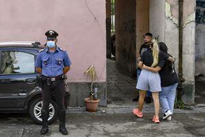 Carabinieri di fronte all'abitazione di Carmine D'Onofrio, 23 anni,  vittima dei clan.