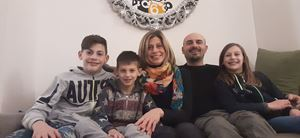 Eleonora Mariani,41 anni, e Mauro Busnelli, 42, con Samuele, Maria ed Emanuele.