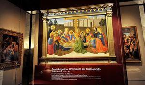 """""""Il Compianto sul Cristo morto"""", dipinto del Beato Angelico del XV secolo. In copertina: la Pala di Annalena del Beato Angelico; con la Madonna, il Bambino e i santi in 'Sacra Conversazione"""", rappresenta uno dei primi esempi di pala unitaria rinascimentale ed è ritenuta un'opera di grande interesse nel percorso del Beato Angelico. Fu commissionata verosimilmente dalla famiglia Medici. Tutte le foto sono dell'agenzia Ansa."""