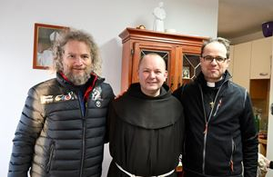 da sinistra, don Edy Savietto, il frate croato Dragan e don Emanuele Cuccarollo.