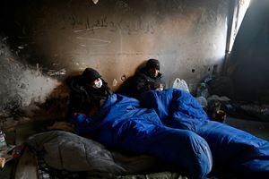Due profughi in una casa diroccata nei dintorni di Bihac.