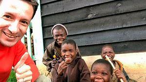 L'ambasciatore Luca Attanasio insieme ad alcuni bambini congolesi.