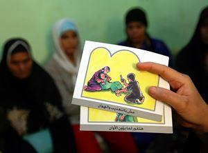 Attività di sensibilizzazione contro le Mgf in Egitto. In questo Paese la pratica è legalmente proibita, ma continua ad essere attuata (foto Reuters).