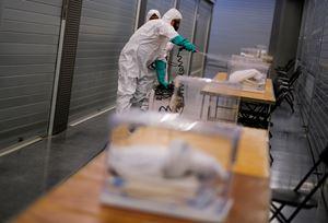 Operazione di disinfezione delle urne il giorno prima del voto in Catalogna (foto Reuters).