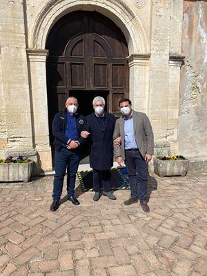 Da sinistra, don Enzo Gabrieli, con il giubbotto della protezione civile, un parrocchiano di Mendicino e il sindaco Antonio Palermo.