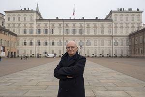 Lo storico Walter Barberis, 70 anni, davanti a Palazzo Reale, in Piazza Castello, cuore politico, artistico e culturale di Torino. Tutte le foto di questo servizio sono di Paolo Siccardi/Walkabout per Famiglia Cristiana.