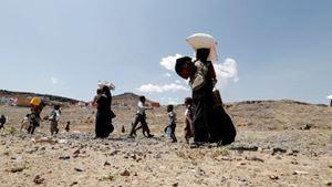 Qui sopra e in copertina: profughi nello Yemen. Foto Ansa. In alto: profughi al confine tra Maurtitania e Mali. Foto Reuters.
