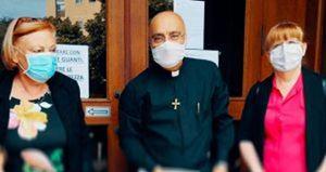 Un sacerdorte impegnato tra i fedeli della sua comunità durante la pandemia. Foto: sovvenire.chiesacattolica.it