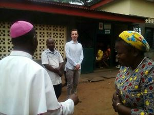 L'ambasciatore Luca Attanasio durante la visita alla dottoressa Chiara Castellani, a Kenge, in RD Congo, insieme al vescovo Jean-Pierre Kwambamba.