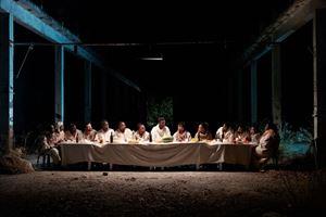 """La rappresentazione dell'Ultima cena in """"Il nuovo Vangelo"""" di Milo Rau. In alto, Yvan Sagnet nel ruolo di Cristo sul Calvario."""