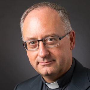 Padre Antonio Spadaro è nato a Messina il 6 luglio 1966. E' gesuita, teologo, giornalista, accademico.  Nel 1994 inizia a scrivere sulla rivista La Civiltà Cattolica di cui diventa direttore nell'autunno 2011.