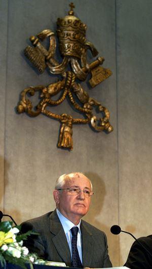 Gorbaciov nel 2000 in sala stampa vaticana in occasione di un volume dedicato al cardinale Casaroli.
