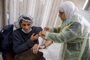 Un palestinese riceve il vaccino AstraZeneca a Jenin, in Cisgiordania (foto Reuters).
