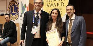 Il Presidente del Lifebility Award Enzo Taranto con una cappia di premiati delle scorse edizioni. In copertina, il gruppo dei giovani che avevano ottenuto il riconoscimento e lpassato la selezione del progetto presentato.