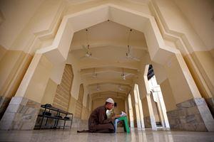 Preghhiera e riflessione durante il Ramadan, in Italia (in copertina, a Napoli) e all'estero (a Peshawar, in Pakistan, sopra, e a Srinagar, in India, in alto). Tuitte le fotografie di questo servizio sono dell'agenzia di stampa Ansa.